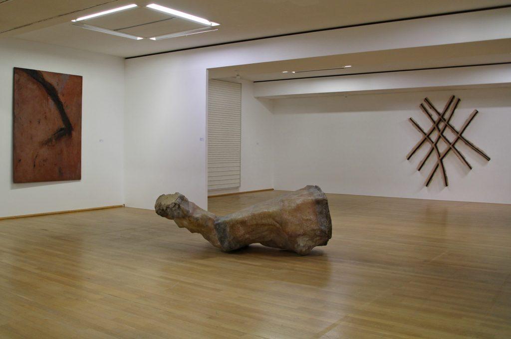 Sammlung Ludwig Museum Koblenz. Kunstwerke Toni Grand (Ohne Titel, 1985), H. J. Schlieker(Nach S, 1991) Nam Tchun Mo(Spring-Beam, 2019). Foto Ludwig Museum Koblenz 2020. VG Bild-Kunst Bonn 2020